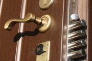 Возбуждено дело на коллекторов, заливших монтажной пеной двери в квартиры соседей должницы